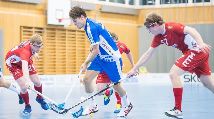 Nach fast einem Jahr Pause startet die 1. Liga dieses Wochenende wieder ihren Spielbetrieb. Im Bild: eines der letzten Spiele der vergangenen Saison zwischen UHC Lok Reinach (rotes Dress) und Unihockey Luzern. (Pius Amrein / Luzerner Zeitung)