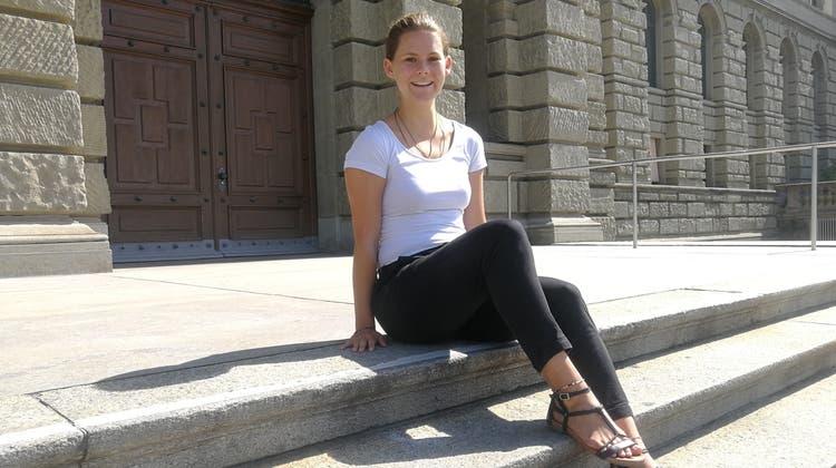 Lorina Locher vor der ETH in Zürich, wo sieMaschineningenieurwissenschaften studiert. (Bild: Zara Zatti)
