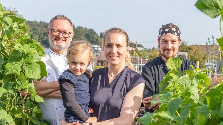Das Hirschenteam: Albi von Felten, seine Frau Silvana mit Tochter Josephine und Chefkoch Yves Hof im Gemüsegarten des Restaurants. (Fabio Baranzini)