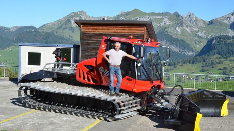 Für einmal ohne Schnee: Josef Dürr auf einem «seiner» Pistenfahrzeuge. (Bild: Alexandra Gächter)