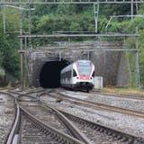 Eine S-Bahn fährt am Nordende in Tecknau aus dem Hauenstein-Basistunnel. (Tobias Gfeller)