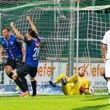 Torschütze Bunjaku (links) und Almeida feiern das späte 1:1 vor den mitgereisten FCA-Fans. (Pascal Muller/Freshfocus / freshfocus)