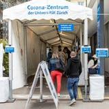 Seit Mittwoch finden immer mehr Leute den Weg ins Impfzentrum Zürich. (Bild: Valentin Hehli)