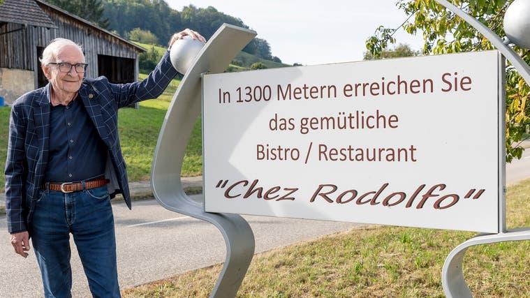 Rolf Schäfer zeigt die Reklametafel, die schon seit sechs Jahren am Ortseingang aus Richtung Liestal steht. (Kenneth Nars)