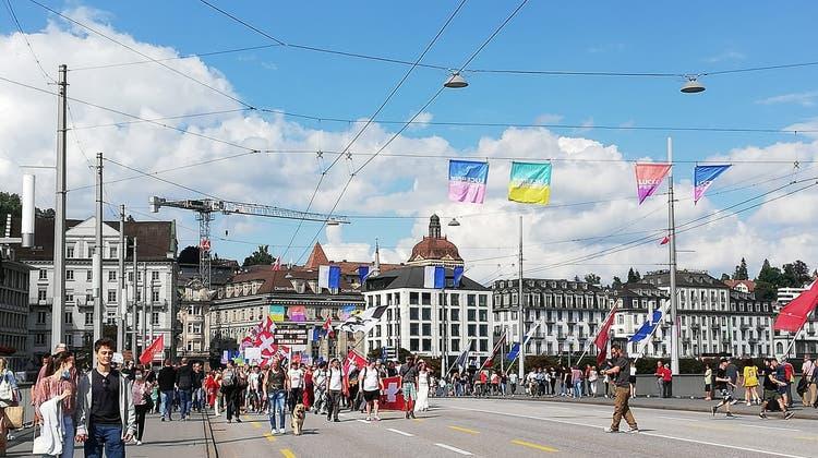 Der Demonstrationszug überquert die Seebrücke. (Bild: Sandra Peter (Luzern, 11. September 2021))