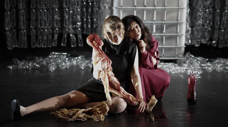 Ein Kunstgriff mit Tücken: Die blutverschmierten Puppen (hier im Arm von Octavia und Poppaea). (Prismago GmbH)