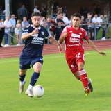 Orcun Cengiz (in Blau) und der FC Uzwil müssen sich dem Tabellenführer Baden geschlagen geben. (Bild: Lukas Tanno)