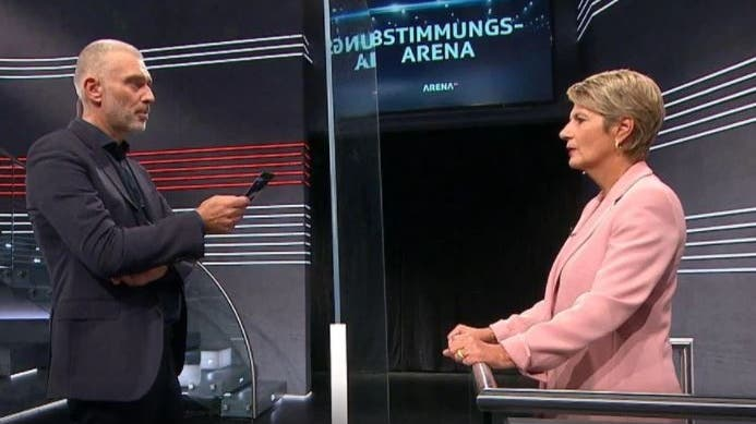 Sandro Brotz mit Karin Keller-Sutter im Einzelgespräch. (SRF)