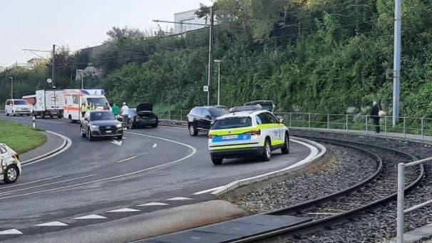 Unfall in Zufikon: Ein Zug musste angehalten werden nach dem Selbstunfall eines Töfffahrers. (Leserreporter/ArgoviaToday)