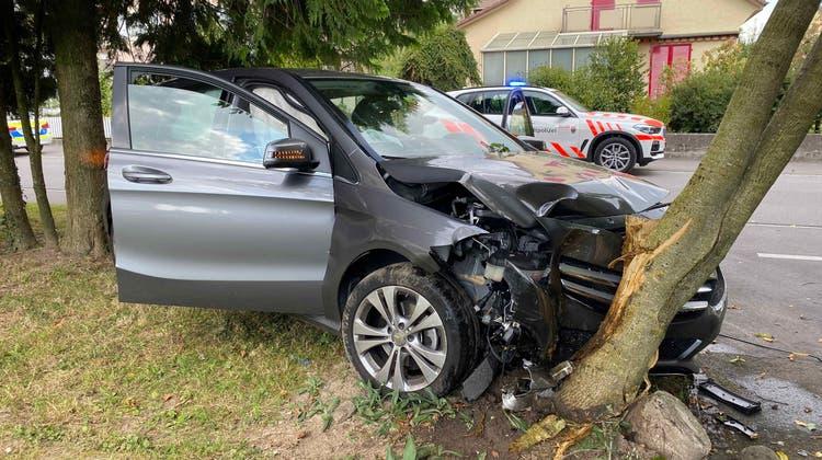 Mercedes-Fahrerin kollidiert mit Baum – Totalschaden