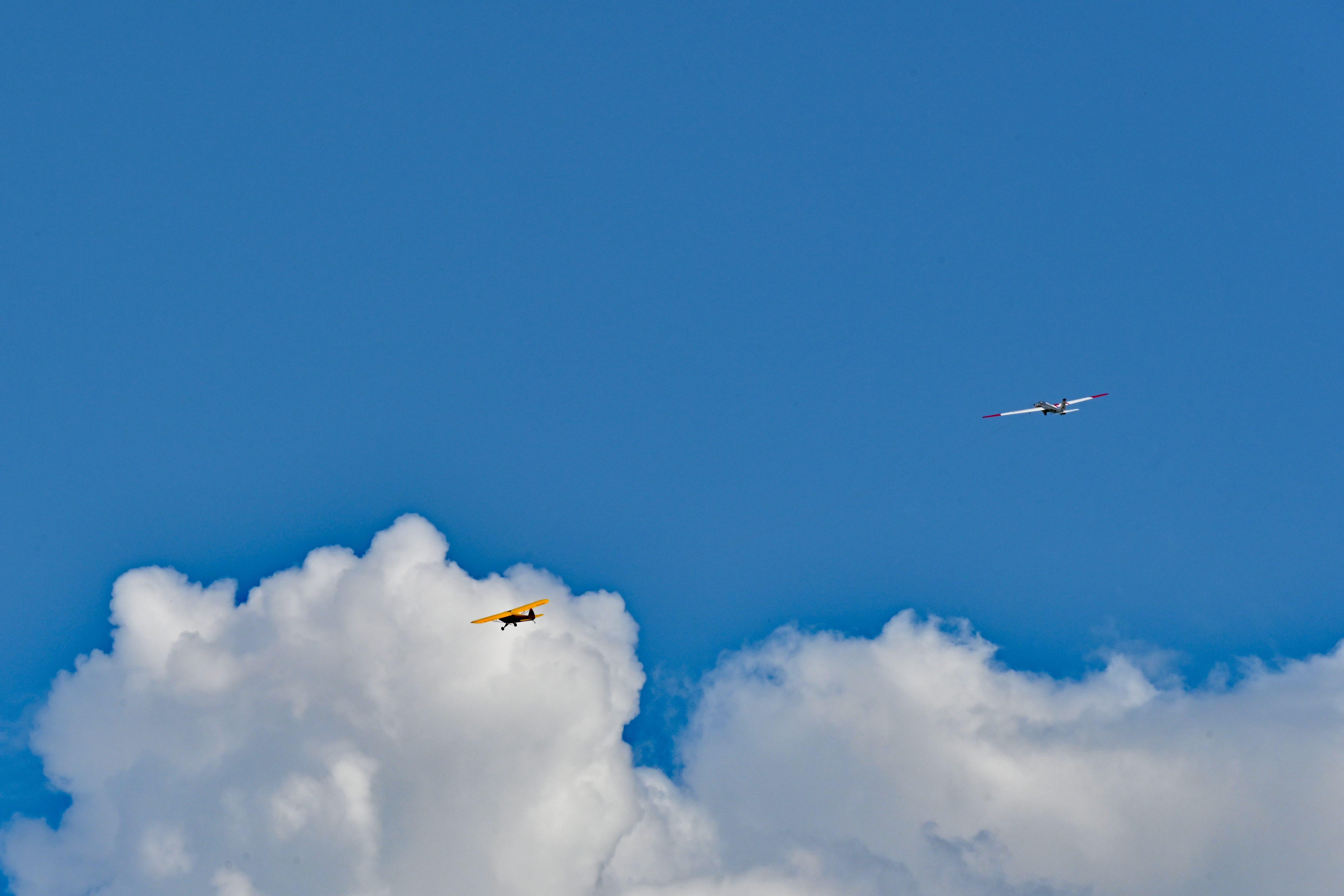 Ein Schleppflugzeug zieht das 16 Kilogramm schwere Segelflugzeug mit 5 Metern Spannweite von Hans Gratwohl in die Höhe.