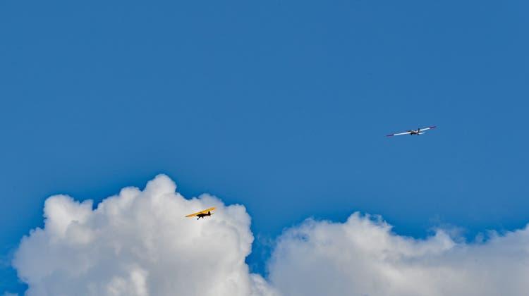 Ein Schleppflugzeug zieht das 16 Kilogramm schwere  Segelflugzeug mit 5 Metern Spannweite von Hans Gratwohl in die Höhe. (Bruno Kissling / Oltner Tagblatt)