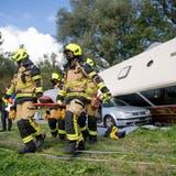 Feuerwehrleute bei der Grosseinsatzübung auf dem Areal des Flugplatzes Emmen. (Bild: Nadia Schärli (Emmen, 11. September 2021))