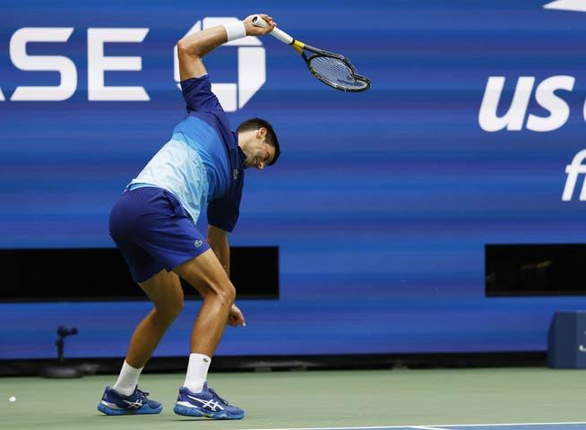 Mitte des zweiten Satzes zertrümmert Djokovic sein Racket.