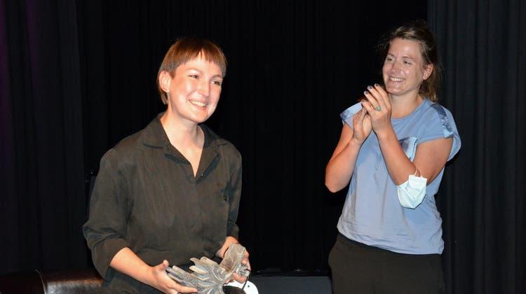 Gewinnerin Regina Dürig durfte den Preis von Katharina Alder übernehmen. (Bild: Christoph Heer)