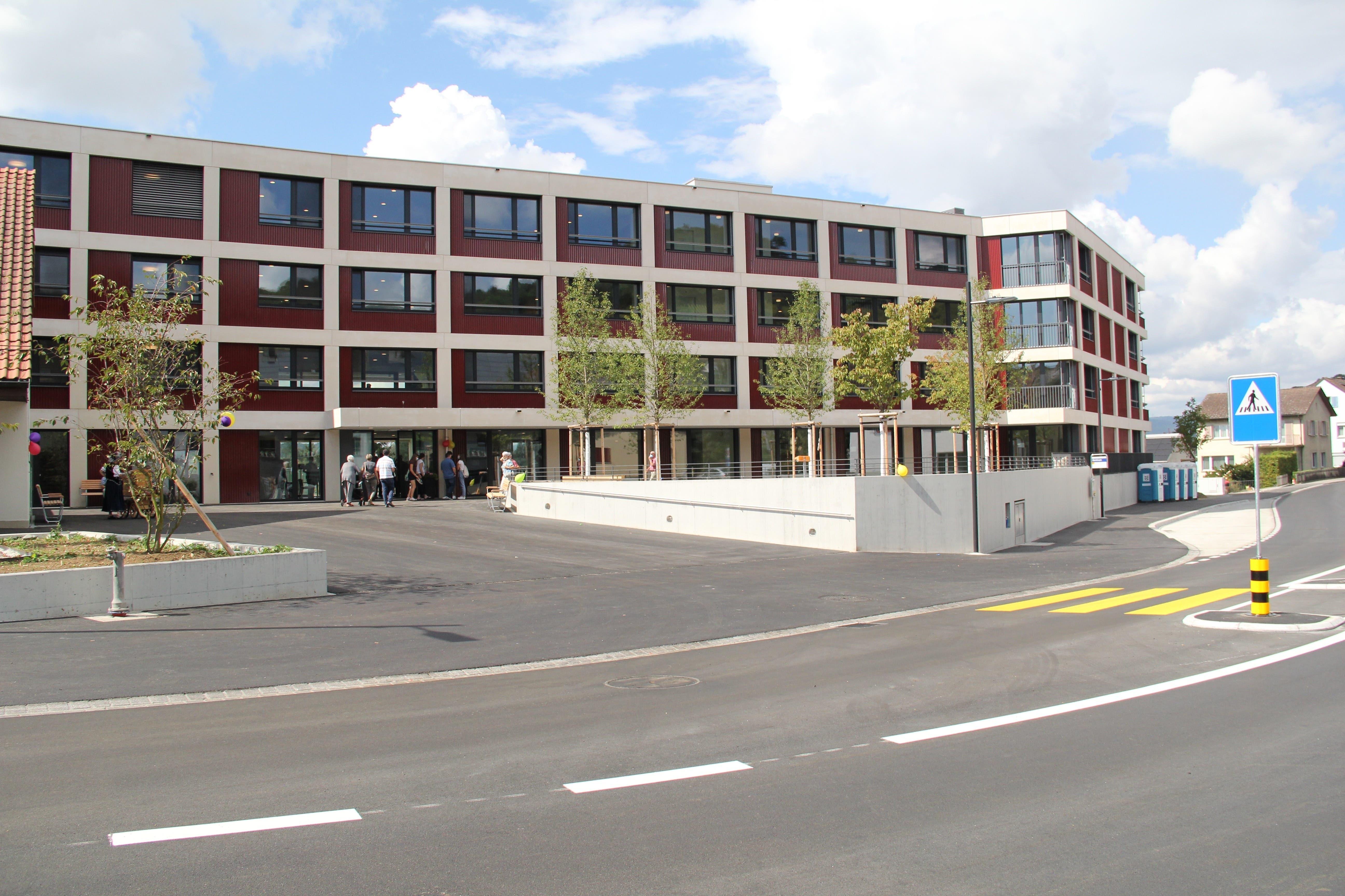 «Aareperle» hat ihre Tore geöffnet: So sieht das neue Gebäude dorfseitig aus, mit neuem öffentlichem Begegnungsplatz.