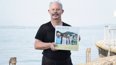 «Happy Day»-Moderator Röbi Koller hat den Rorschacher Leo Burgmaierbesucht. Als Souvenir erhielt Burgmaier von Koller ein Fotobuch. (Bild: Andri Vöhringer)