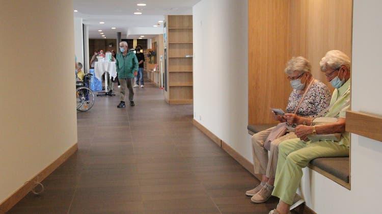 Der Einsatz von Holz sorgt im Neubau des regionalen Altersheims für wohliges Ambiente, wie auch die Sitznischen. (Susanne Holthuizen)