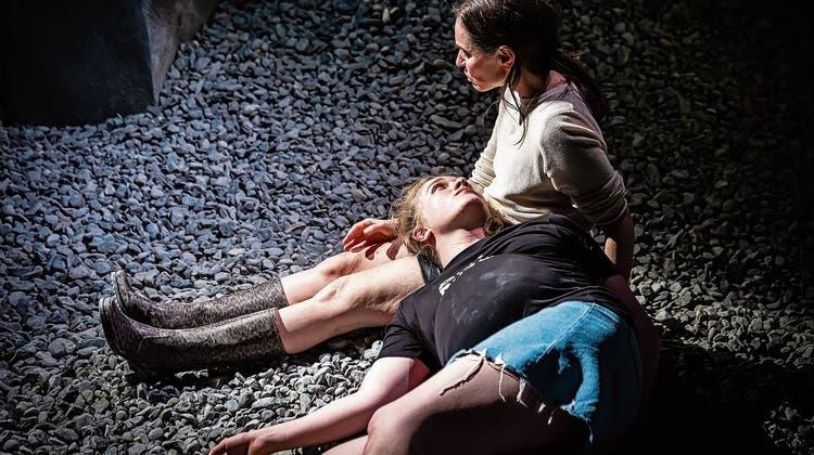 Schauspielpremiere im Luzerner Theater mit einer Teenagerin im Kampfmodus