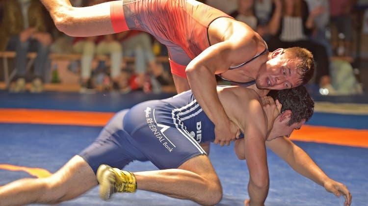Michael Bucher (oben) bearbeitete Kriessener Michel Steger bis 70 kg Greco nach allen Regeln der Ringerkunst und siegte innert viereinhalb Minuten 15:0. (Wolfgang Rytz)