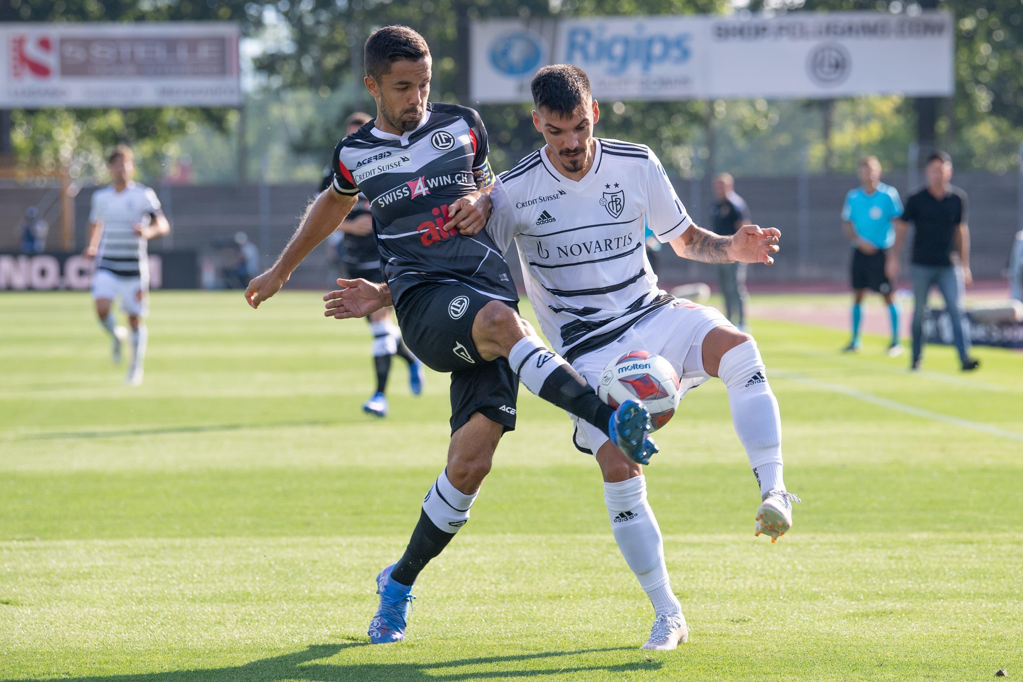 Der FCB muss im Tessin viele Zweikämpfe bestreiten. Hier bekommt es Raoul Petretta mit Jonathan Sabbatini zu tun.