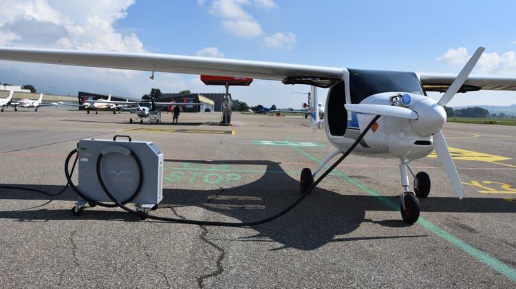 Elektrifly-In Grenchen: Das E-Flugzeug Velis erhält Energie für die nächsten Rundflüge. (Peter Brotschi)