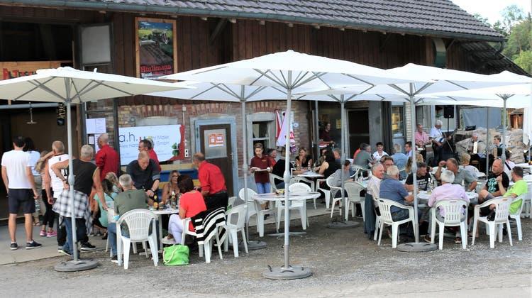 Treffpunkt: Männerchor-Beizli: Das schöne Spätsommerwetter lockte am Samstag fast das ganze Dorf auf die Strasse. (Bild: Josef Bischof)