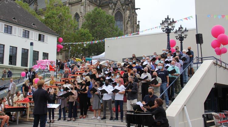 Als der Chor des Theater Basel auf der Treppe anstimmte, wurde es auf dem Platz ruhig. (Tobias Gfeller)