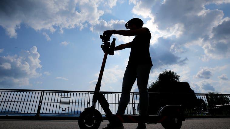 Der 30-Jährige E-Trottinettfahrer wurde nach der Kollision ins Spital gebracht. (Symbolbild) (Stefan Kaiser)