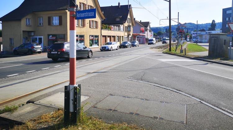 Die Einfahrt in die Seetalstrasse wird mit einer Schranke gesichert. Die Haltestelle wird oberhalb der Einmündung gebaut. (Urs Helbling / Aargauer Zeitung)