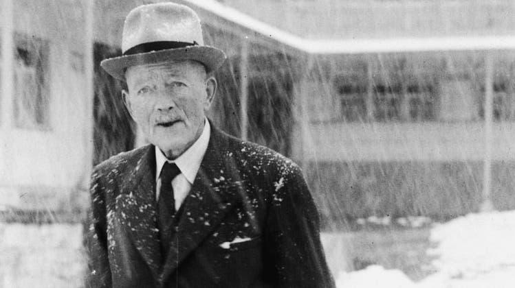 Robert Walser im Jahr 1954 auf einem Spaziergang in Herisau. (Bild: PD)