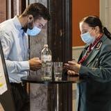 Achtung, Kontrolle: Auch im Bundeshaus-Café gilt seit Montag die Zertifikatspflicht. (Bild: Alessandro Della Valle / KEYSTONE)