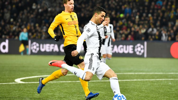 Sandro Lauper (links) im Duell mit Cristiano Ronaldo in der Gruppenphase der Champions League 2018. (Keystone)