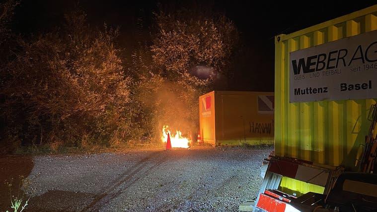 Vom Toi-Toi-Häuschen ist nicht mehr viel übrig– beim Eintreffen der Feuerwehr stand es bereits in Vollbrand. (Polizei BL)