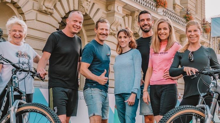 Die Aargauer Krebsbetroffene Lerna Scherer (Mitte) posiert mit dem Team, das am «Race for Life» in Bern für sie in die Pedale getreten ist. (zvg/Chrissie.st)