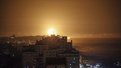 Rauch und Flammen erscheinen am Himmel als Folge eines israelischen Luftangriffes auf Gaza-Stadt. (Keystone)