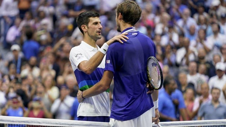 Novak Djokovic (links) bleibt im letzten Grand-Slam-Turnier des Jahres chancenlos. Der Serbe gratuliert Daniil Medwedew zum Triumph. (John Minchillo / AP)