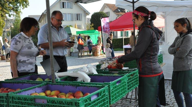 Frisches Gemüse war am Wohler Wochenmarktgefragt und bis gegen Mittag auch ausverkauft. (Nathalie Wolgensinger)