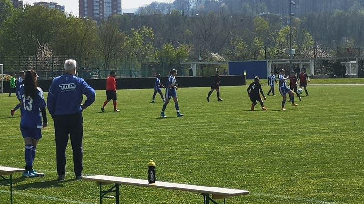 Wie diese Mädchen möchten noch viele weitere Kinder Fussball spielen. Auf der neuen Plattform finden sie den passenden Verein dazu. (Ewa / bz Zeitung für die Region)