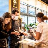 Unkomplizierte Kontrolle beim Restaurant Tibits in Luzern. (Bilder: Nadia Schärli(13. September 2021))