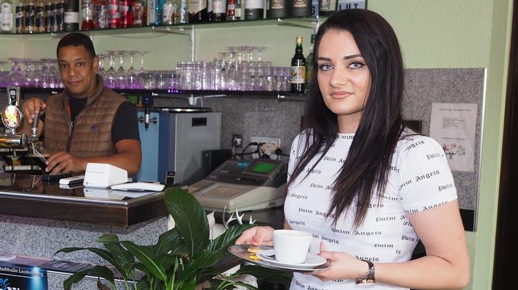 Serge Güntert und Nora Elshani vom Café Treffpunkt in Stein bringen am ersten Tag derZertifikatspflicht die Bestellungen nach draussen. (Hans Christof Wagner (13. September 2021))