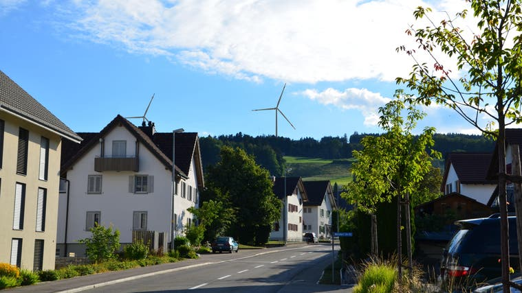 An der Informationsveranstaltung liess der Verein Pro Lindenbergein Flugzeug auf der geplanten Höhe der geplanten Windräder auf dem Horben kreisen. (Henry Muchenberger (4. September 2021))