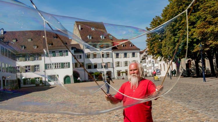 Julius Friesz wurde mit seinen Seifenblasen zum Stadtoriginal. (Nicole Nars-Zimmer)