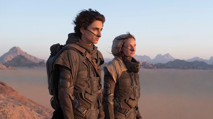Timothée Chalamet und Rebecca Ferguson auf dem Wüstenplaneten Dune. (Bild: Warner Bros.)