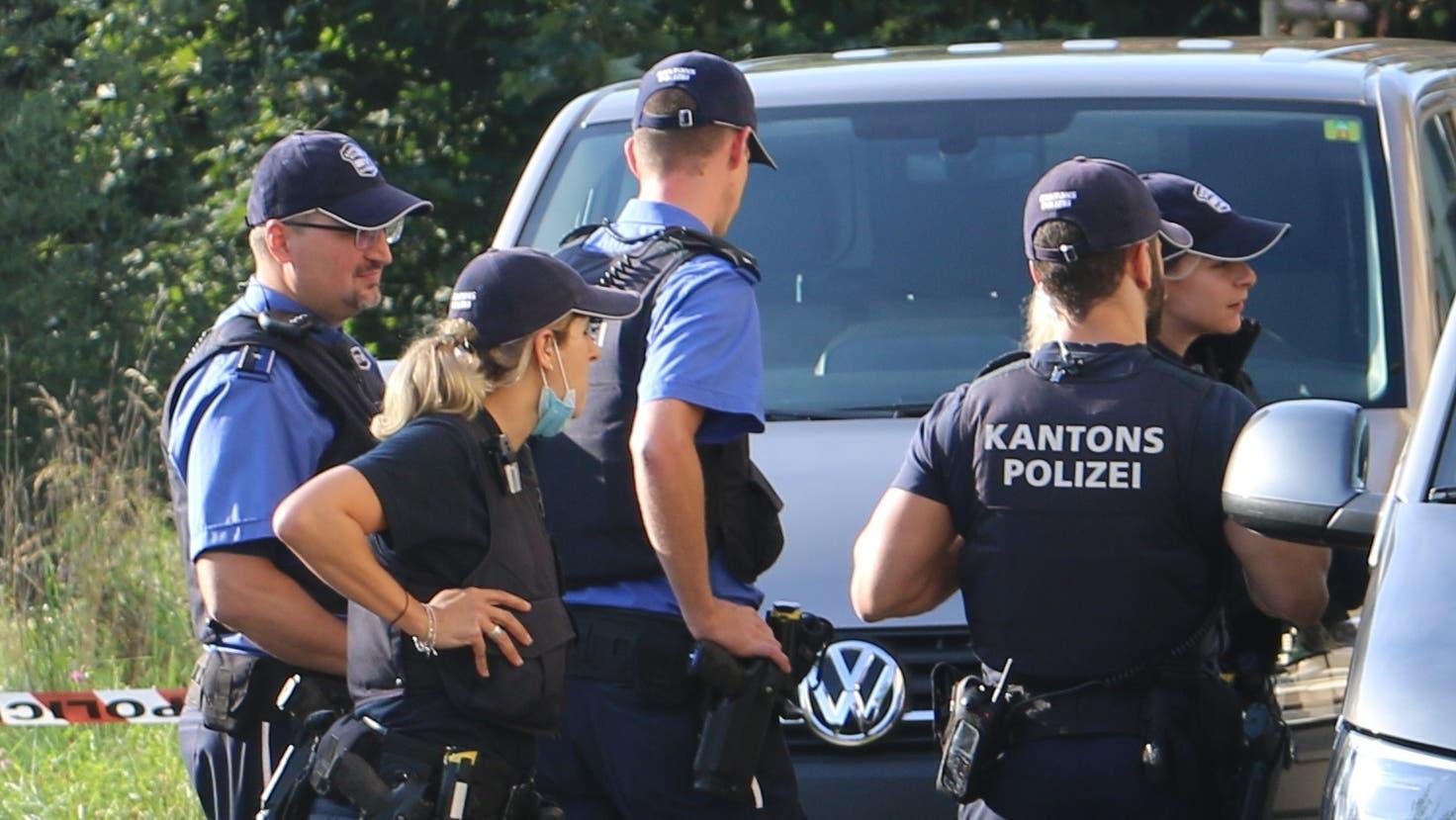 Die Polizei ermittelte bei einem Mehrfamilienhaus in Frick mit einem Grossaufgebot, nachdem sie dort in einer Wohnung zwei Tote vorfand. (Dennis Kalt / Aargauer Zeitung)