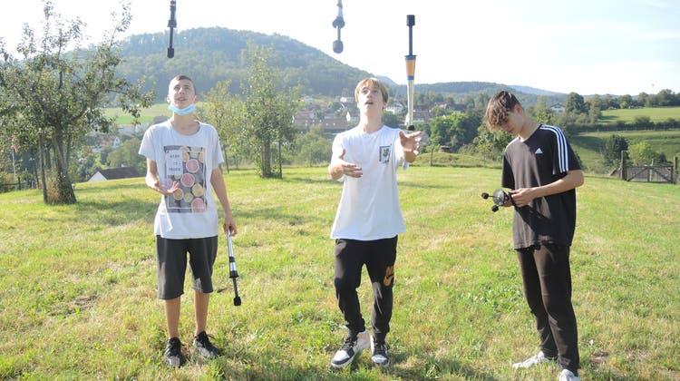 Andrin, Linus und Marvin (von links) üben zur Zeit noch ohne Feuer. (Bild: Carla Honold)