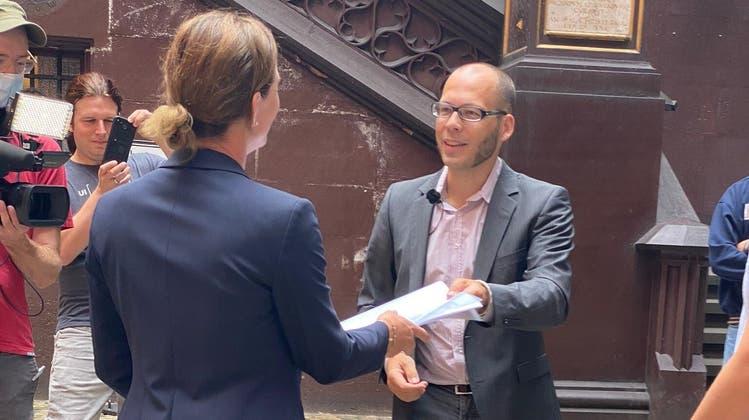 Vater Christian Walter übergibt seine Petition «Keine Durchseuchung der Kinder an Basler Schulen» im Rathaus Basel-Stadt. (Ali Ahmeti)