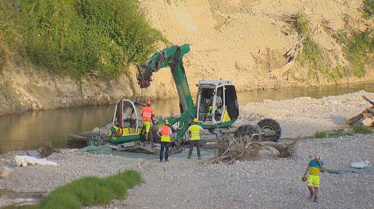 Spektakulärer Unfall: Bagger stürzt 20 Meter in die Töss