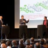 Auf dem Podium (von links): Roger Wehrli von Economiesuisse,Kantonsplaner Sacha Peter und Urs Nussbaum vom Industrie- und Handelsverein diskutieren über Raumplanung. Rechts Moderator Rolf Schmid von der regionalen Wirtschaftsförderung. (Patrick Lüthy)