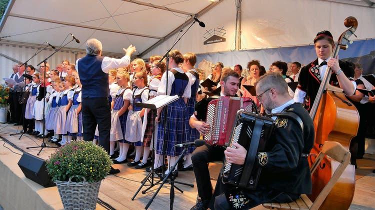 Offene Dorfbühne 2021 in Sachseln – das Finale präsentieren die verschiedenen Sachsler Chöre gemeinsam. (Bild: Primus Camenzind (Sachseln, 11. September 2021))